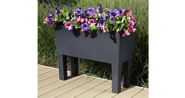 Schöner Blumenkasten in Rattan-Optik